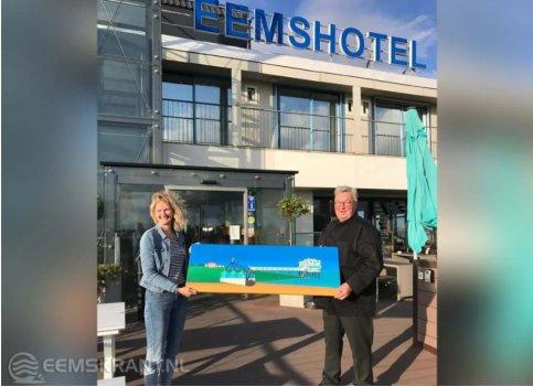 Eemshotel koopt schilderij Greet Dijkstra en steunt daarmee Roeivereniging Neptunus